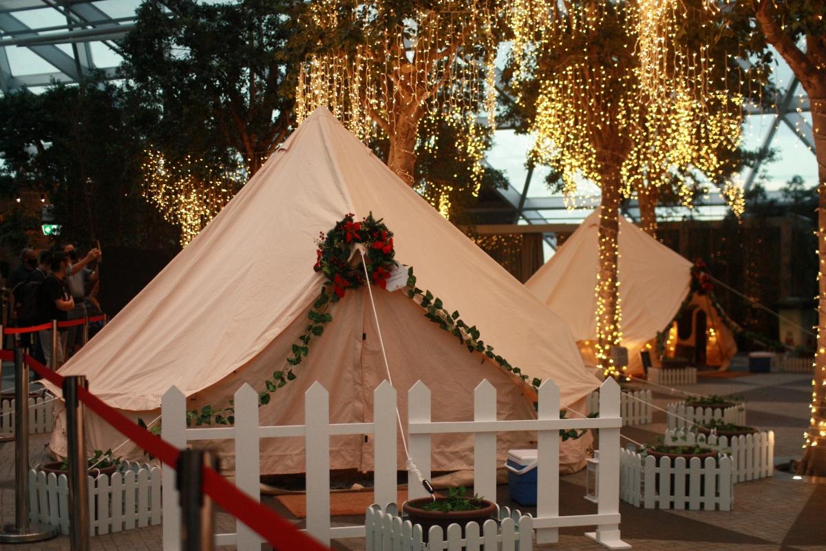Những chiếc lều được trang trí bắt mắt, với ánh đèn lung linh. Nguồn: Reuters