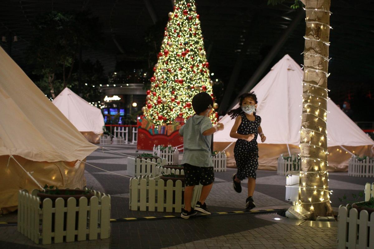 Trẻ em thích thú với trải nghiệm cắm trại mới lạ. Nguồn: Reuters