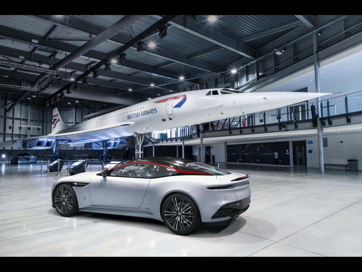 """Hai cánh gió phía sau bánh trước sở hữu thiết kế """"Speedmarque"""" mạ crom, logo """"G-BOAC"""" ở bên hông và logo Aston Martin ba màu cùng phần chữ được tô đen. Mui xe được làm bằng sợi carbon đen bóng, được tạo điểm nhấn bằng logo Concorde."""