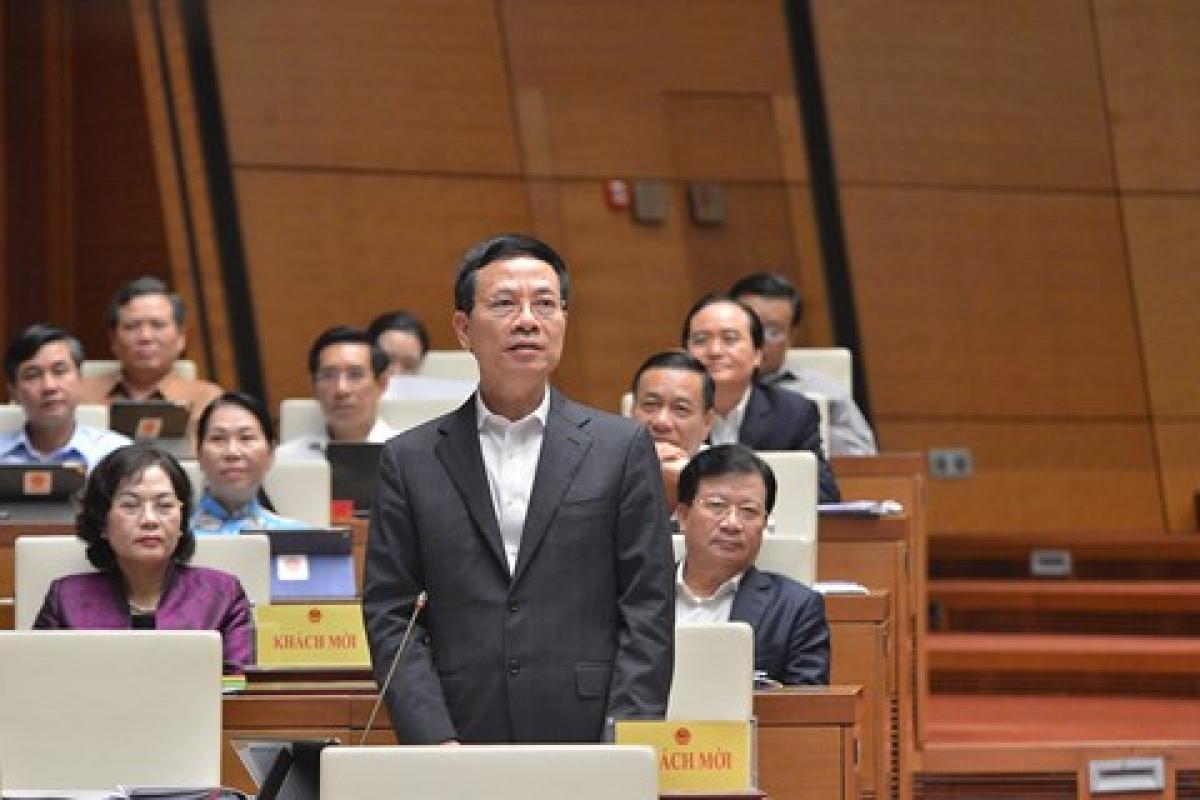 Bộ trưởng Bộ Thông tin và Truyền thông Nguyễn Mạnh Hùng trả lời chất vấn của các đại biểu Quốc hội. (Ảnh: Quốc hội)