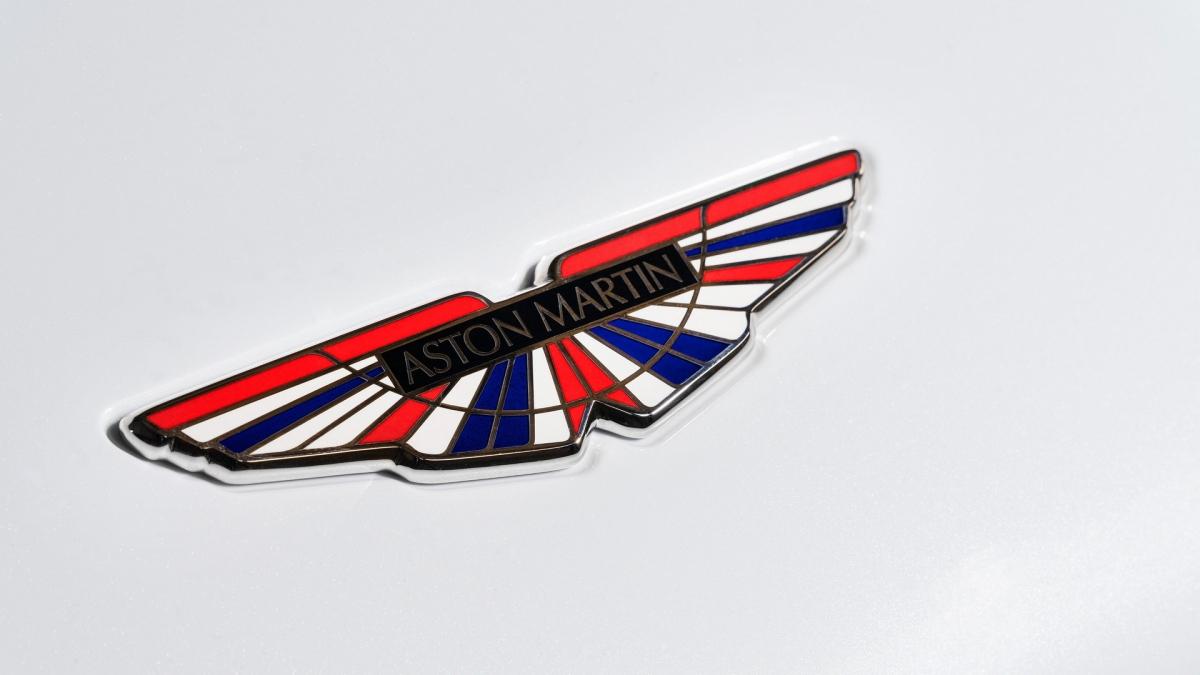 """Ở bản này, chi tiết theo phong cách cờ Anh sẽ có mặt ở đầu xe, đuôi xe và cả trên logo """"đôi cánh"""" của Aston Martin. Số hiệu của máy bay được đặt bên trong khoang lái, bên cạnh một tấm bảng bằng kim loại đánh dấu thứ tự xe."""