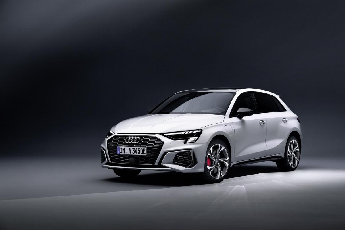 Ở cấu hình 45 TFSI e, chiếc Audi A3 Sportback vẫn được trang bị động cơ TFSI dung tích 1.4 lít, tăng áp với công suất 150 mã lực và mô-men xoắn 250 Nm, tương tự như trên những mẫu xe khác sử dụng động cơ cùng loại.