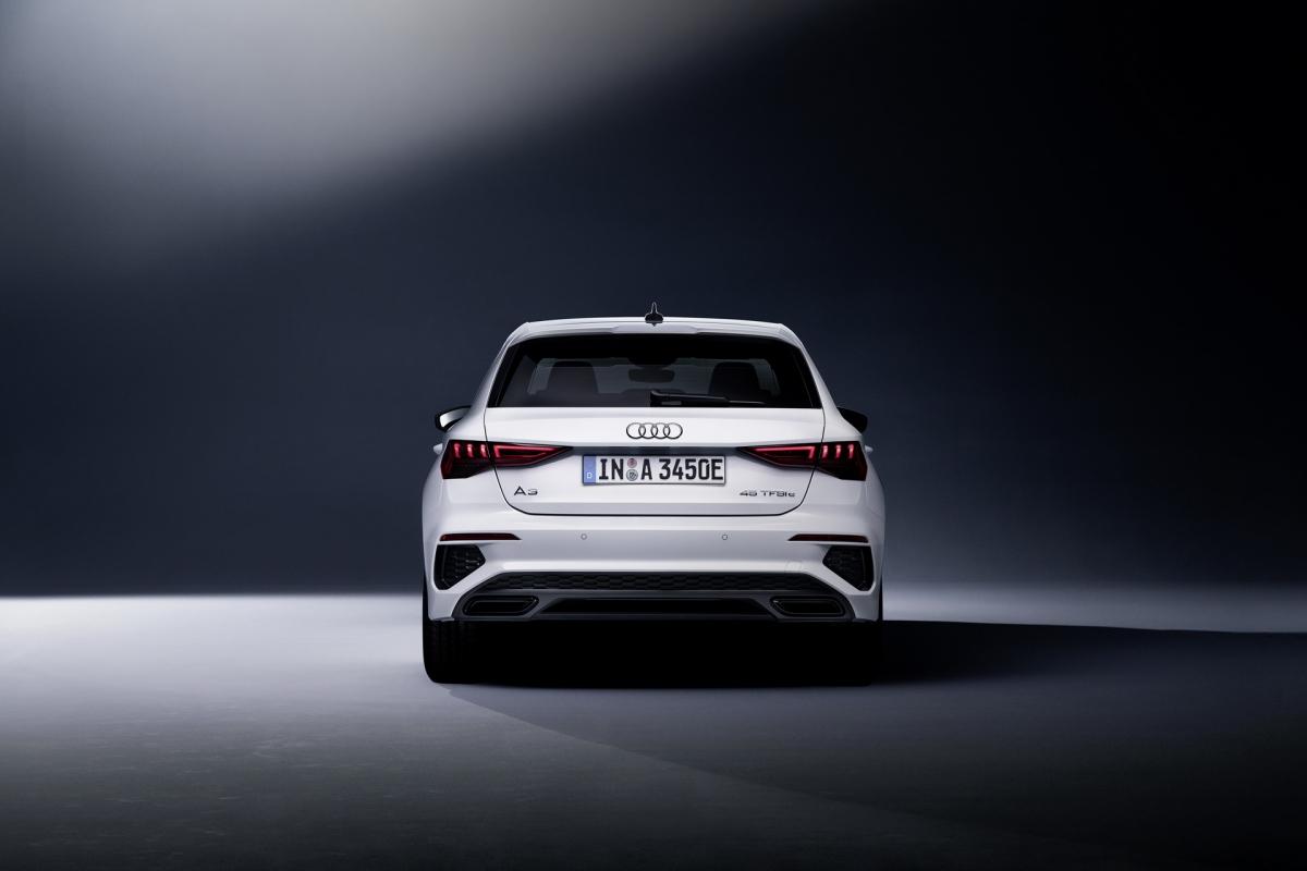 Động cơ điện của xe được cung cấp năng lượng từ viên pin Li-ion, dung lượng 13 kWh với khả năng được sạc đầy trong chỉ 5 giờ đồng hồ. Khi đã đầy, viên pin có thể giúp xe đi được quãng đường lên đến 63 km theo tiêu chuẩn WLTP, đạt tốc đột tối đa 140 km/h.
