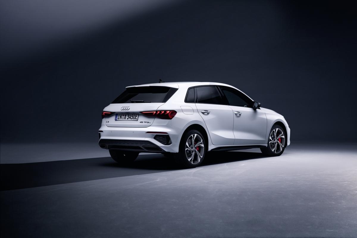 Audi cũng không quên trang bị cho phiên bản này công nghệ phanh tái sinh với khả năng phục hồi đến 40 kW công suất từ việc phanh xe. Một số hệ thống khác được nâng cấp như hệ thống treo, trợ lực phanh, mâm xe,… để mang đến khả năng vận hành tối ưu hơn.