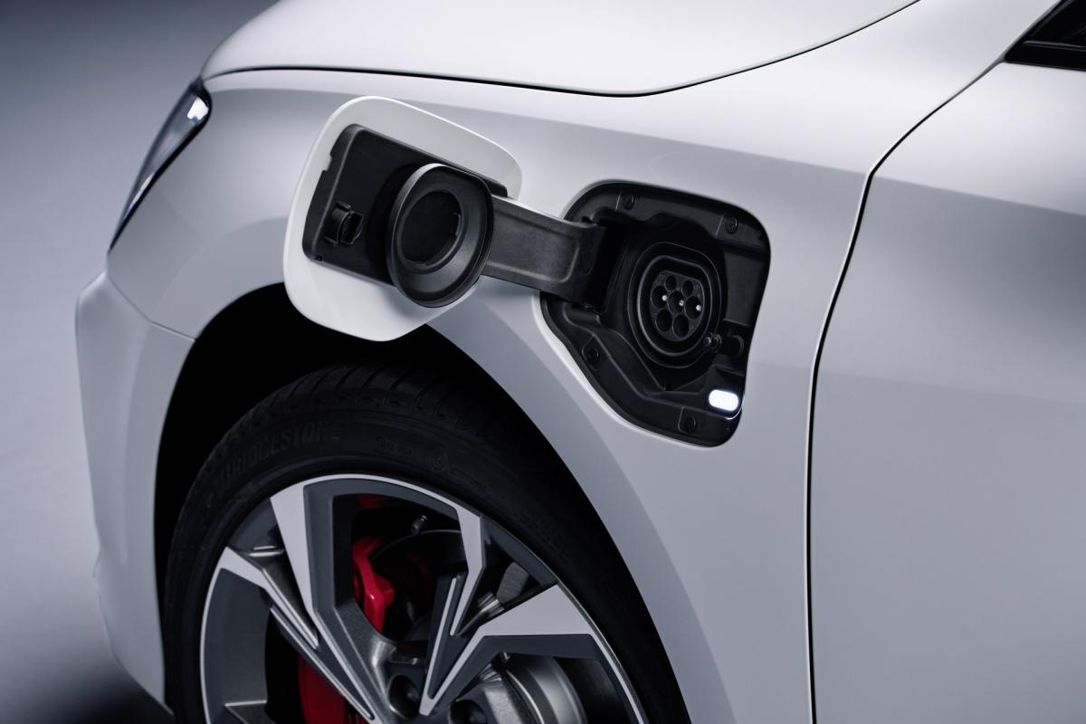 Audi A3 Sportback sở hữu khoang nội thất được thiết kế hiện đại và thể thao khi sở hữu màn hình trung tâm kích thước 10,25 inch và tùy chọn màn hình 12,3 inch lớn hơn. Màn hình thông tin 10,1 inch được đặt hướng về phía người lái, tích hợp vào bảng táp-lô của xe.