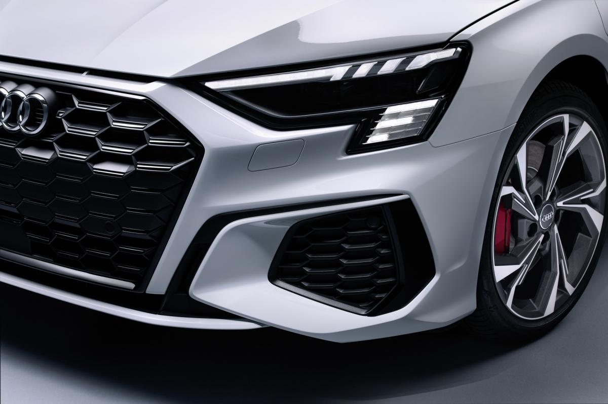Mâm xe bằng nhôm có kích thước 17 inch và hệ thống phanh hiệu năng cao với cùm phanh màu đỏ được trang bị tiêu chuẩn. Xe cũng có được hệ thống đèn chiếu sáng sử dụng công nghệ LED Matrix.