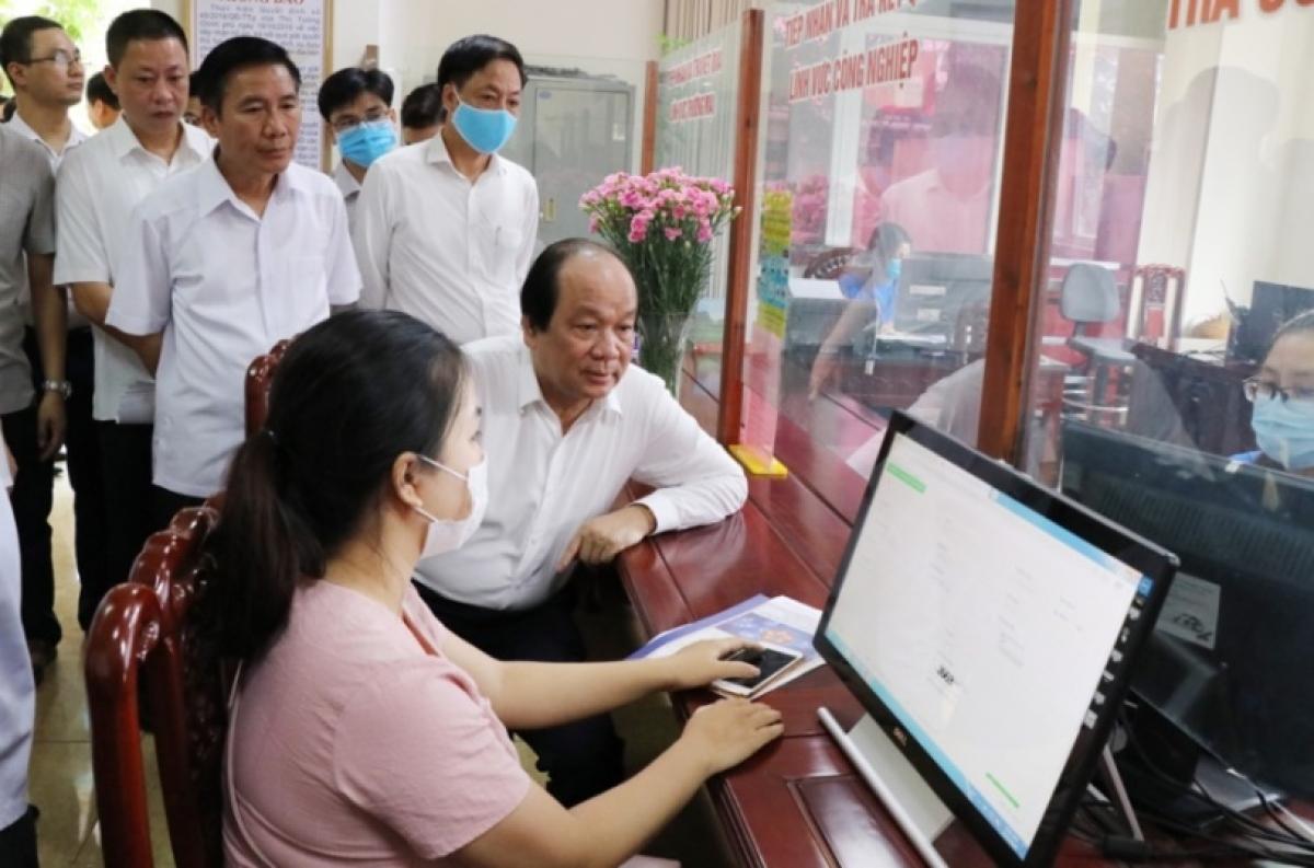 Bộ trưởng, Chủ nhiệm VPCP Mai Tiến Dũng dẫn đầu Tổ công tác của Thủ tướng khảo sát thực tế triển khai các nhiệm vụ xây dựng Chính phủ điện tử, cải cách TTHC tại tỉnh Thái Nguyên tháng 9/2020. - Ảnh: VGP