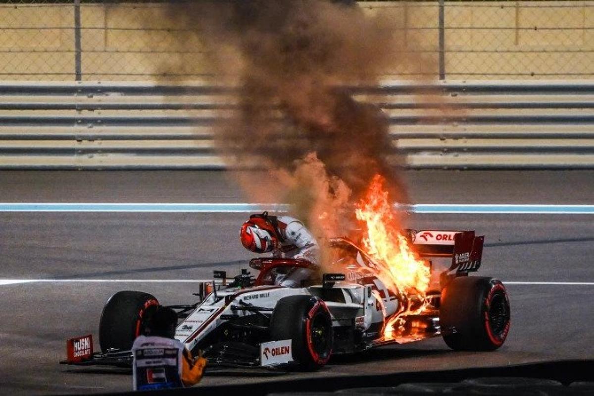 Chiếc xe của tay đua kỳ cựuKimi Raikkonen bốc cháy dữ dội.