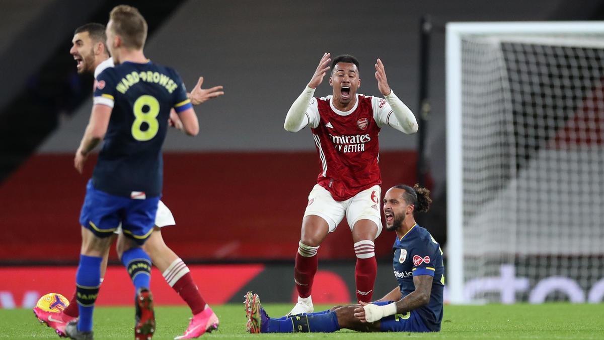 Gabriel phạm lỗi với Theo Walcott tác giả bàn mở tỷ số của Southampton và bị đuổi khỏi sân chỉ 10 phút sau khi Aubameyang gỡ hòa 1-1 cho Arsenal.