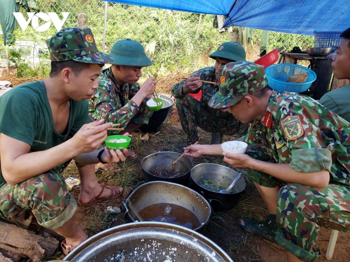 Bữa ăn vội, đạm bạc của bộ đội trong những ngày tìm kiếm nạn nhân mất tích ở xã Trà Leng, huyện Nam Trà My, Quảng Nam