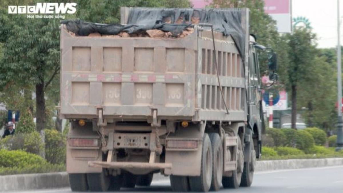 """Trong nhiều ngày """"mục kích"""" trên tuyến đường 353 qua địa phận quận Dương Kinh, quận Đồ Sơn, PV VTC News ghi nhận có khá nhiều xe tải lao trên đường như chốn không người, khiến người đi xe máy cùng chiều đều phải tránh xa bởi rất có thể những viên đá hoặc đồ trên thùng xe rơi xuống đường bất cứ lúc nào."""