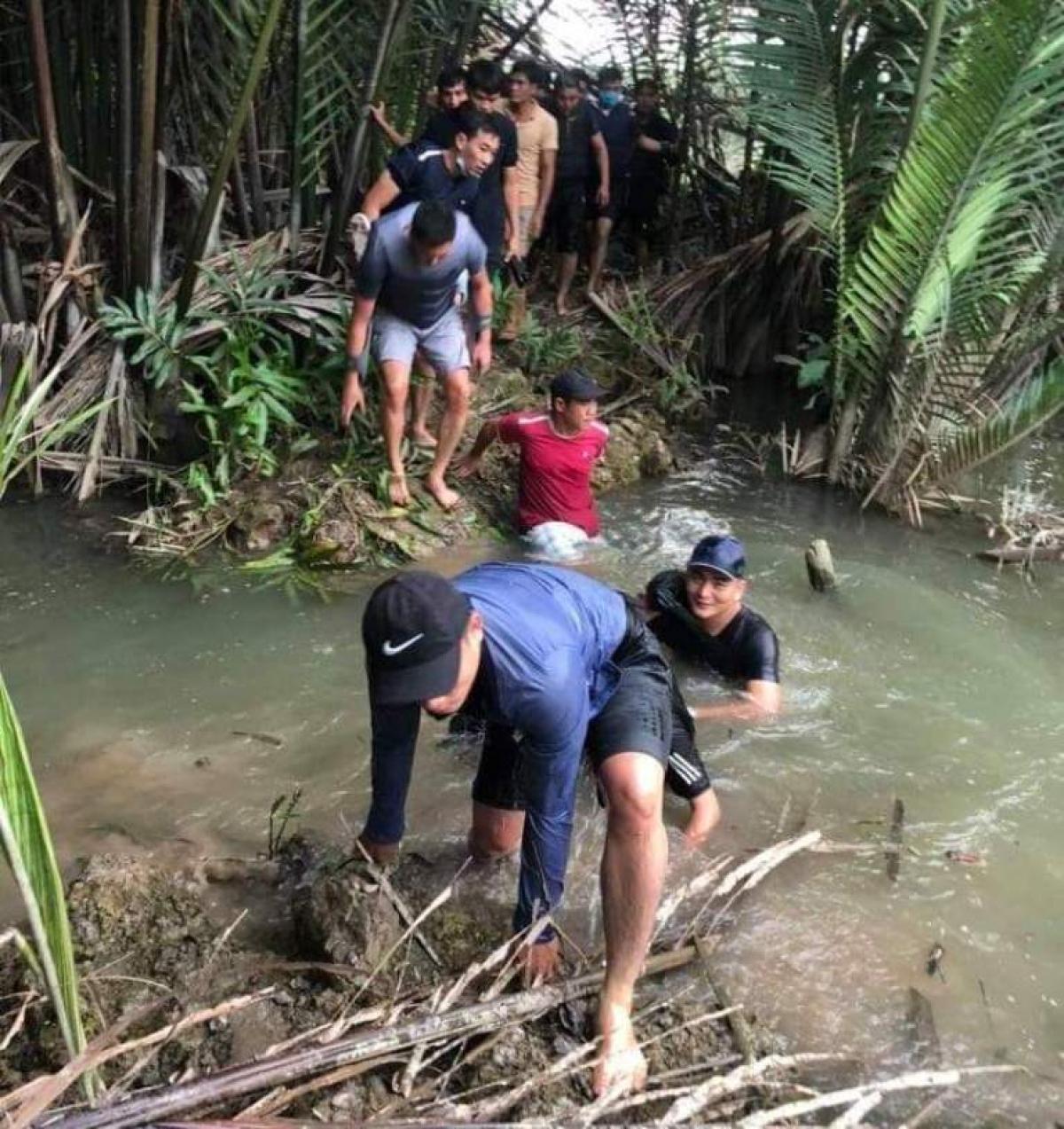 Công an tỉnh Đồng Nai băng qua sông suối tiếp cận hiện trường sới bạc