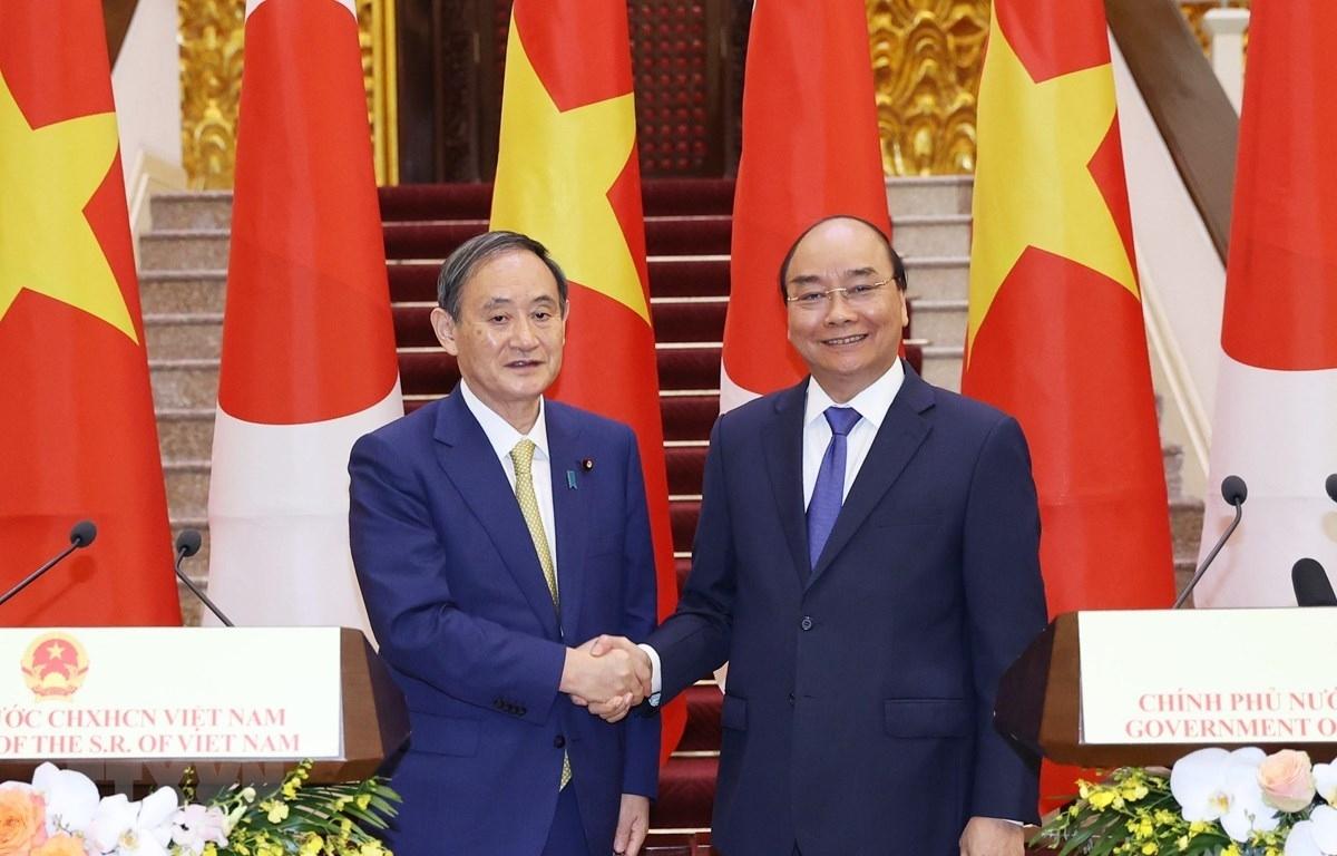 Thủ tướng Chính phủ Nguyễn Xuân Phúc và Thủ tướng Suga Yoshihide đã chứng kiến lễ trao đổi 12 văn kiện ký kết giữa các bộ, ngành, địa phương và doanh nghiệp hai nước với tổng trị giá khoảng gần 4 tỷ USD. (Ảnh: TTXVN)