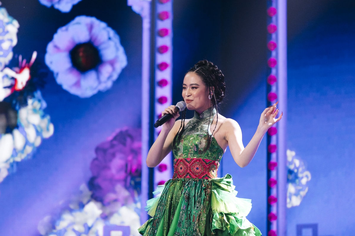 Nữ ca sĩ Hoàng Thuỳ Linh tổng duyệt tiết mục biểu diễn.