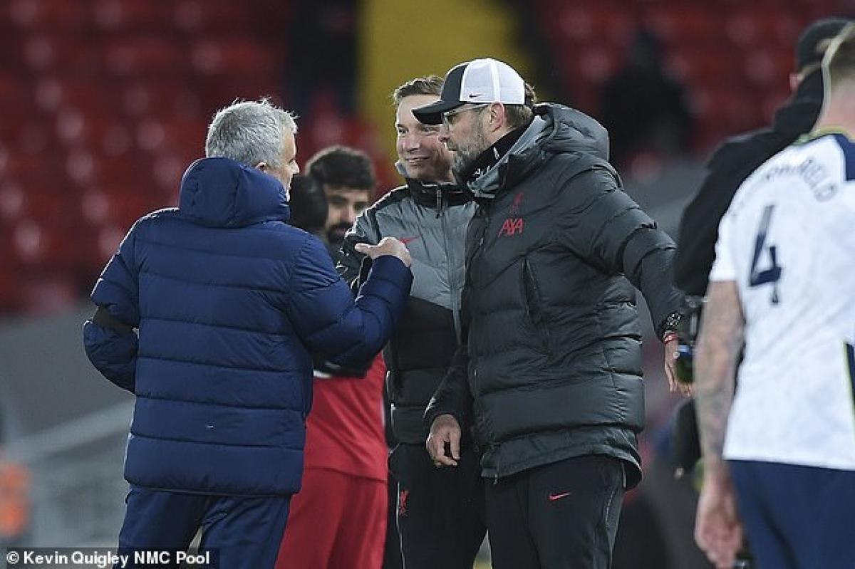Mourinho và Klopp có lời qua tiếng lại sau tiếng còi mãn cuộc. (Ảnh: NMC)