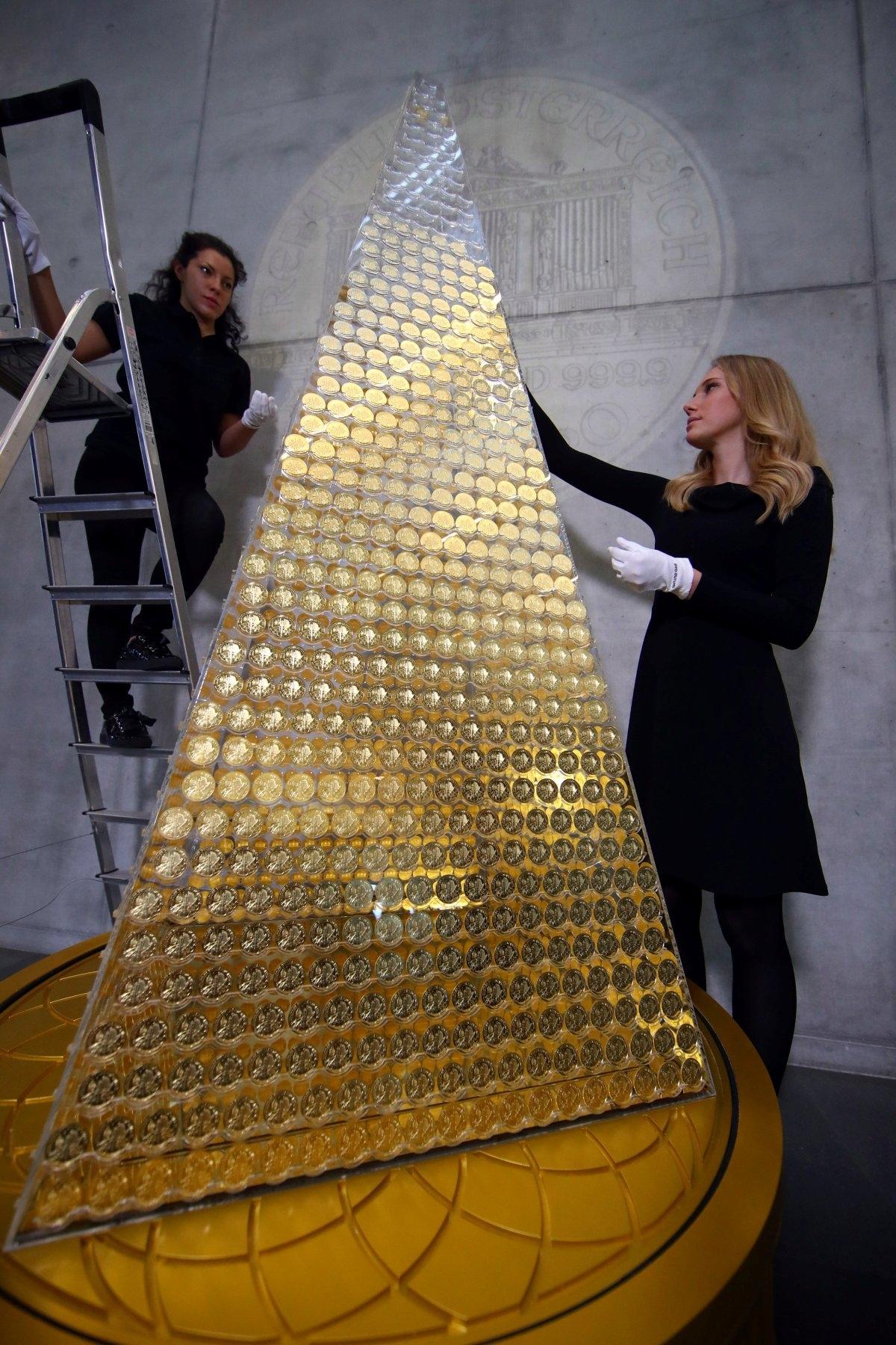 Cây thông đắt đỏ nhất châu Âu này được xếp từ hơn 2 nghìn đồng tiền vàng.