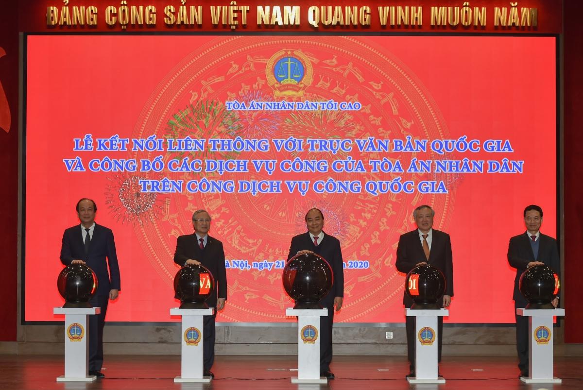 Thủ tướng và các đại biểu thực hiện nghi thức công bố Cổng dịch vụ công TAND trên Cổng dịch vụ công quốc gia - Ảnh: VGP/Quang Hiếu