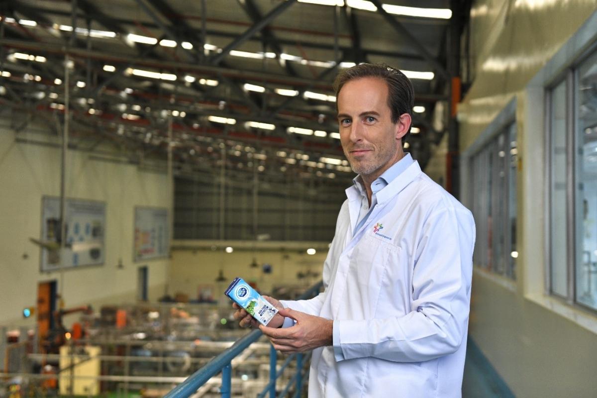 Các nhà máy của FrieslandCampina đều tuân thủ nghiêm ngặt các hoạt động bảo vệ môi trường như giảm sử dụng nhiên liệu hóa thạch, giảm thiểu phát thải khí CO2; sử dụng tiết kiệm nguồn tài nguyên nước. Ảnh: Tổng Giám đốc FCV tại nhà máy Bình Dương.