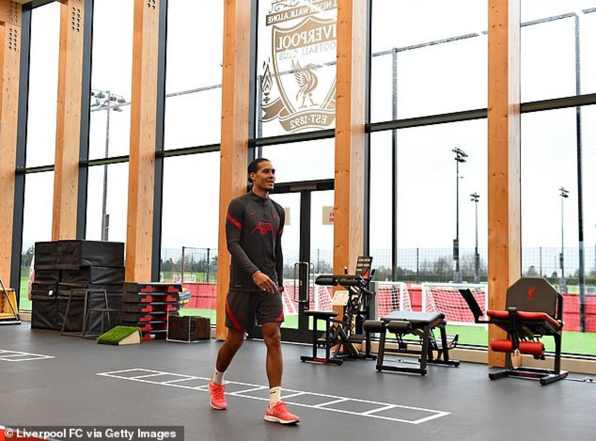 Những hình ảnh đầu tiên về Virgil Van Dijk sau 5 tuần vắng bóng vì chấn thương đầu gối đã được đăng tải trên trang mạng xã hội của Liverpool.