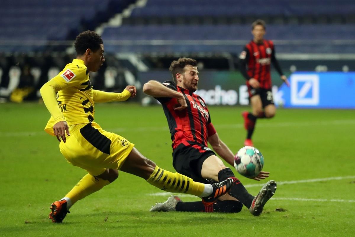 Trong khi đó tại Đức, Dortmund tỏ rõ sự bế tắc khi không có chân sút Haaland và chấp nhận bị Frankfurt cầm hòa 1-1 ở vòng 10 Bundesliga.