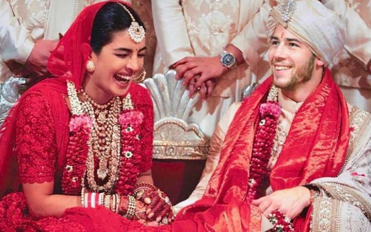Địa điểm lý tưởng, lễ phục được thiết kế lộng lẫy, nhiều vòng vàng, trang sức đắt tiền là những đặc trưng của đám cưới xa hoa ở Ấn Độ.