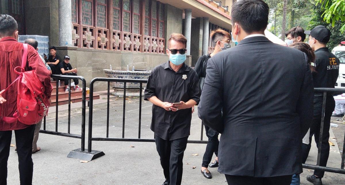 Nghệ sĩ Minh Nhí đến lễ viếng.