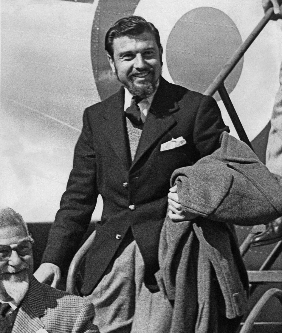Điệp viên Blake lúc trở về tới sân bay ở Anh sau khi được phóng thích (khỏi Triều Tiên) vào tháng 4/1953. Ảnh: Getty.