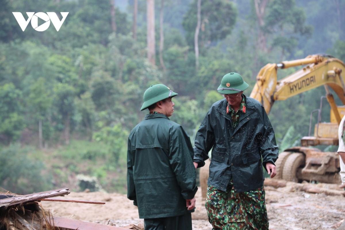 Thiếu tướng Nguyễn Đình Tiến, Phó Tư lệnh Quân khu 5 trực tiếp chỉ đạo bộ đội tìm kiếm nạn nhân mất tích do sạt lở đất tại Trà Leng vào cuối tháng 10/2020