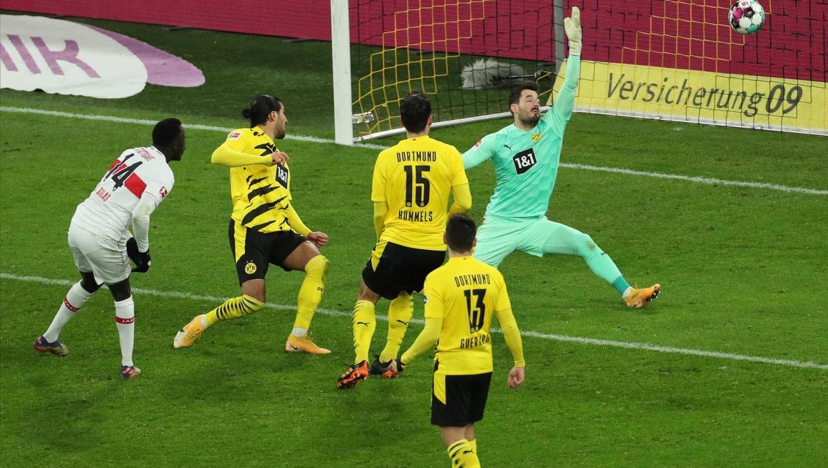 Ở chiều ngược lại, hàng thủ của Dortmund tỏ ra vô cùng mong manh trước các pha phản công của đội khách.