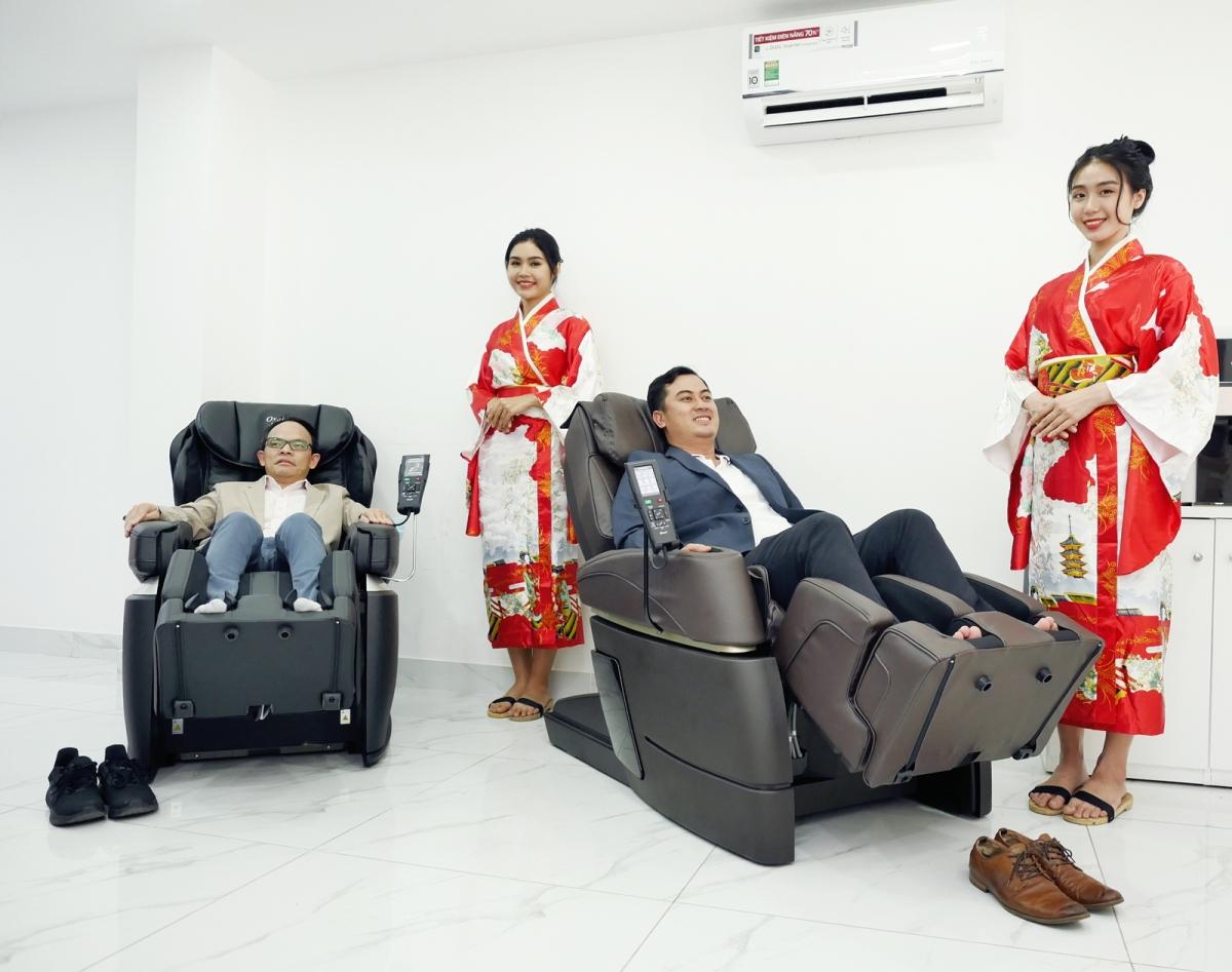 Quan khách trải nghiệm ghế massage chất lượng Nhật Bản tại văn phòng Fuji Medical.