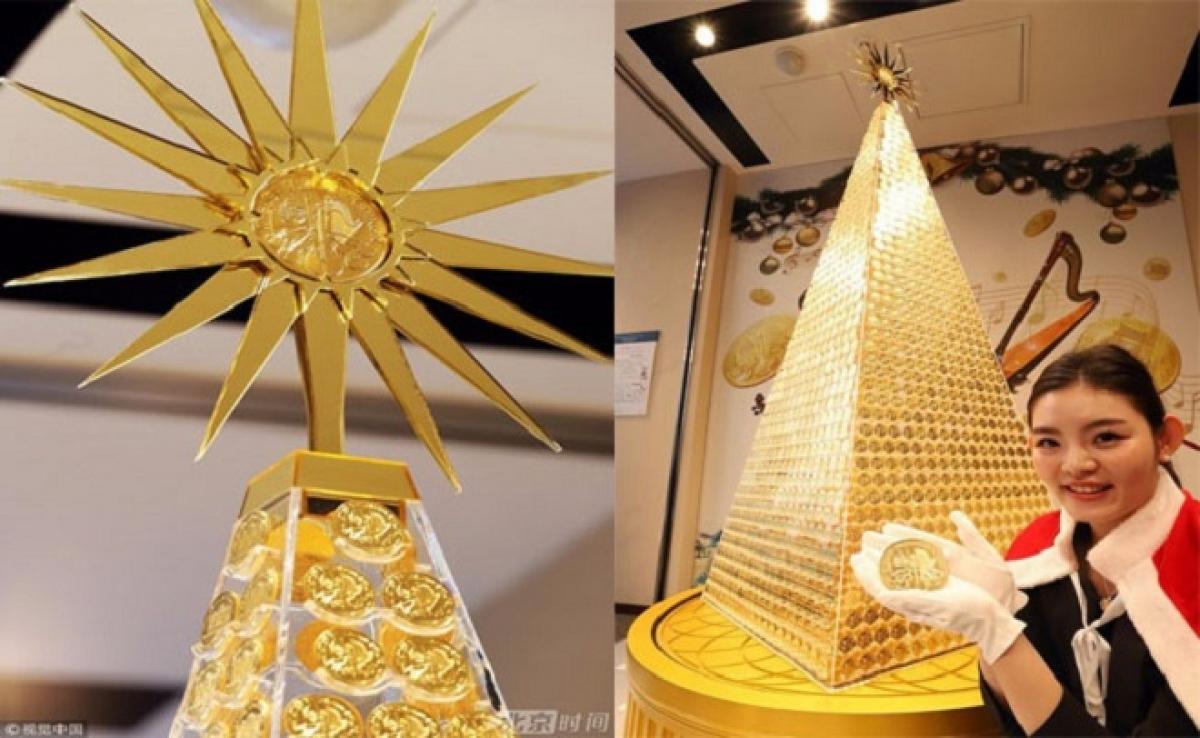 Cây thông Noel tại trung tâm thương mại lớn ở Tokyo được tạo thành từ các đồng tiền vàng khối. Mỗi đồng xu vàng đều được thiết kế tinh xảo, xếp nối nhau hình kim tự tháp, trong đó chính giữa là đồng vàng khổng lồ. Đây là tác phẩm của công ty đá quý nổi tiếng Tanaka Corporation./.