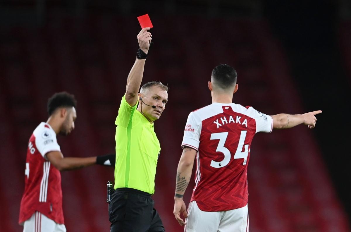 Vòng trước Granit Xhaka phải nhận thẻ đỏ trong trận thua Burnley 0-1.