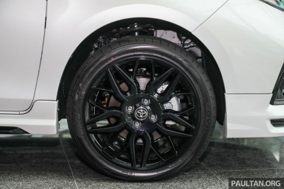 """Ngoài hộp số CVT 10 cấp, chiếc Vios GR-S cònđi kèm với hệ thống treo được điều chỉnh để """"tăng khả năng xử lý và sự an tâm ở tốc độ cao cũng như sự thoải mái"""". Xe được trang bị bộ mâm đa chấu 17 inch - lớn nhất từng được trang bị cho một chiếc Vios. Mâm màu đen được đi kèm với lốp hiệu suất Toyo Proxes TR1 205/45 với kiểu vân gai bất đối xứng."""