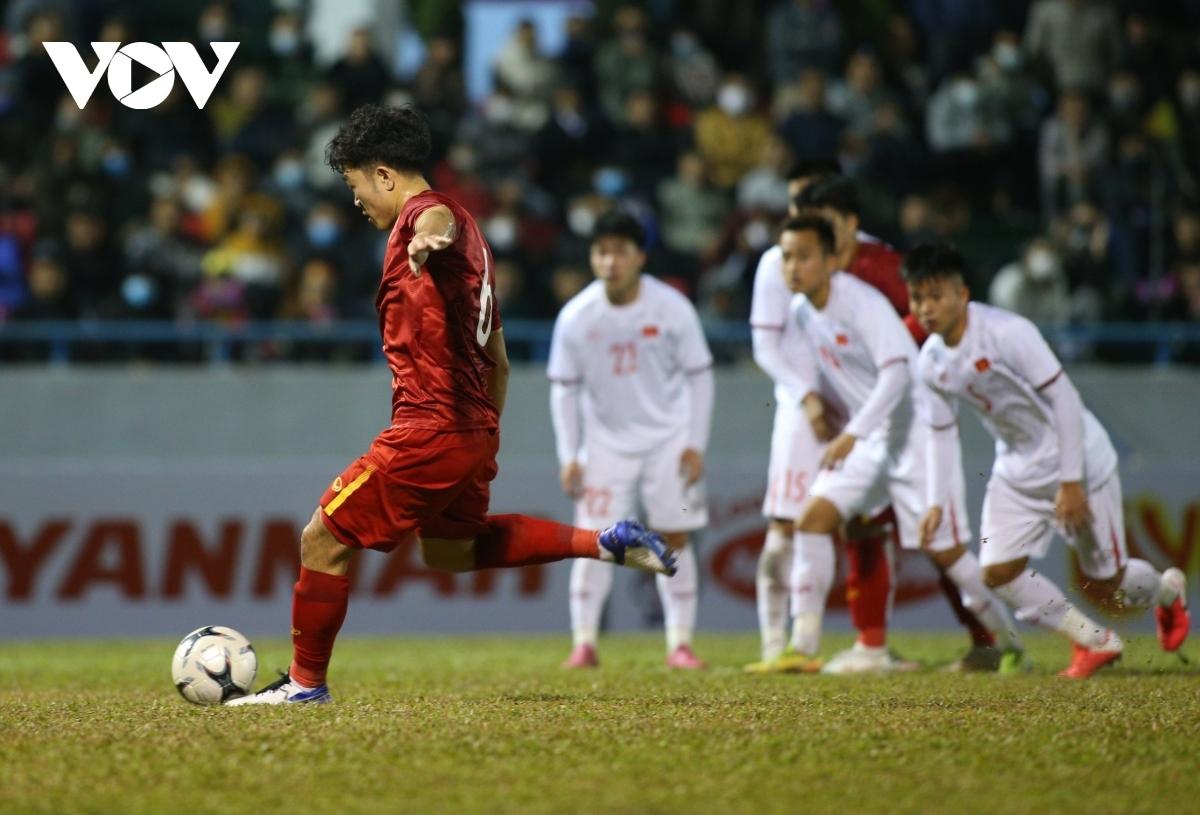 Tuy nhiên đến phút 56, Xuân Trường cũng đã dứt điểm chính xác từ chấm 11m để đưa trận đấu trở lại thế cân bằng.