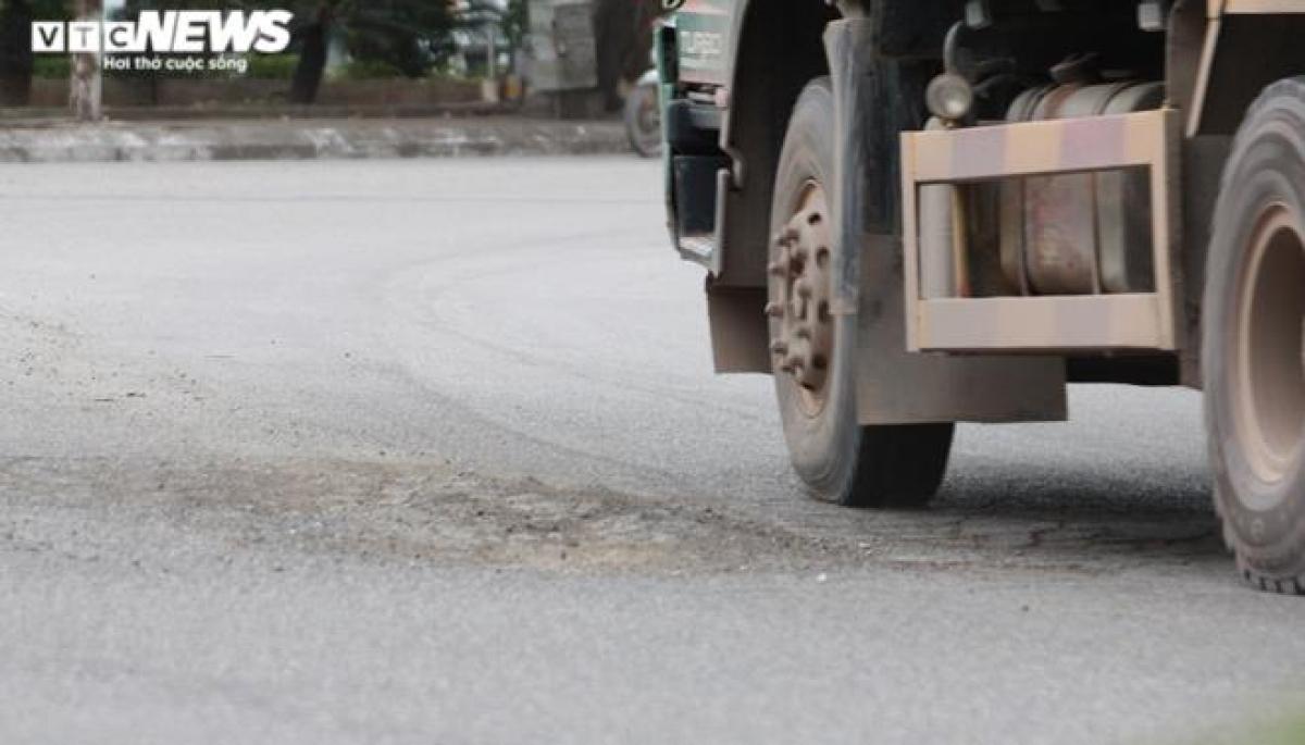 Nhiều chỗ mặt đường có dấu hiệu bị cày nát, xuống cấp, trồi sụt bởi phải cõng những chiếc xe hàng chục tấn chạy qua mỗi ngày. Thông tin từ một trung tâm đăng kiểm xe cơ giới ở Hải Phòng cho thấy, những chiếc xe tải nêu trên đều trong tình trạng cơi nới thành thùng.