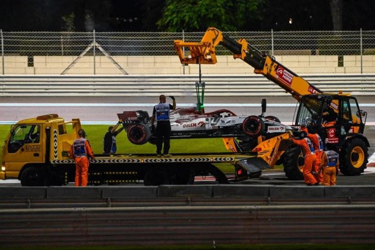 BTC dùng xe cẩu để di chuyển chiếc xe đua củaRaikkonen về khu kỹ thuật của độiAlfa Romeo.
