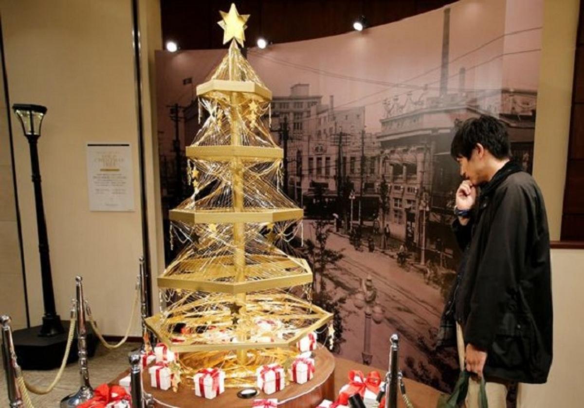 Còn đây là cây thông Noel bằng vàng ở Tokyo (Nhật Bản).