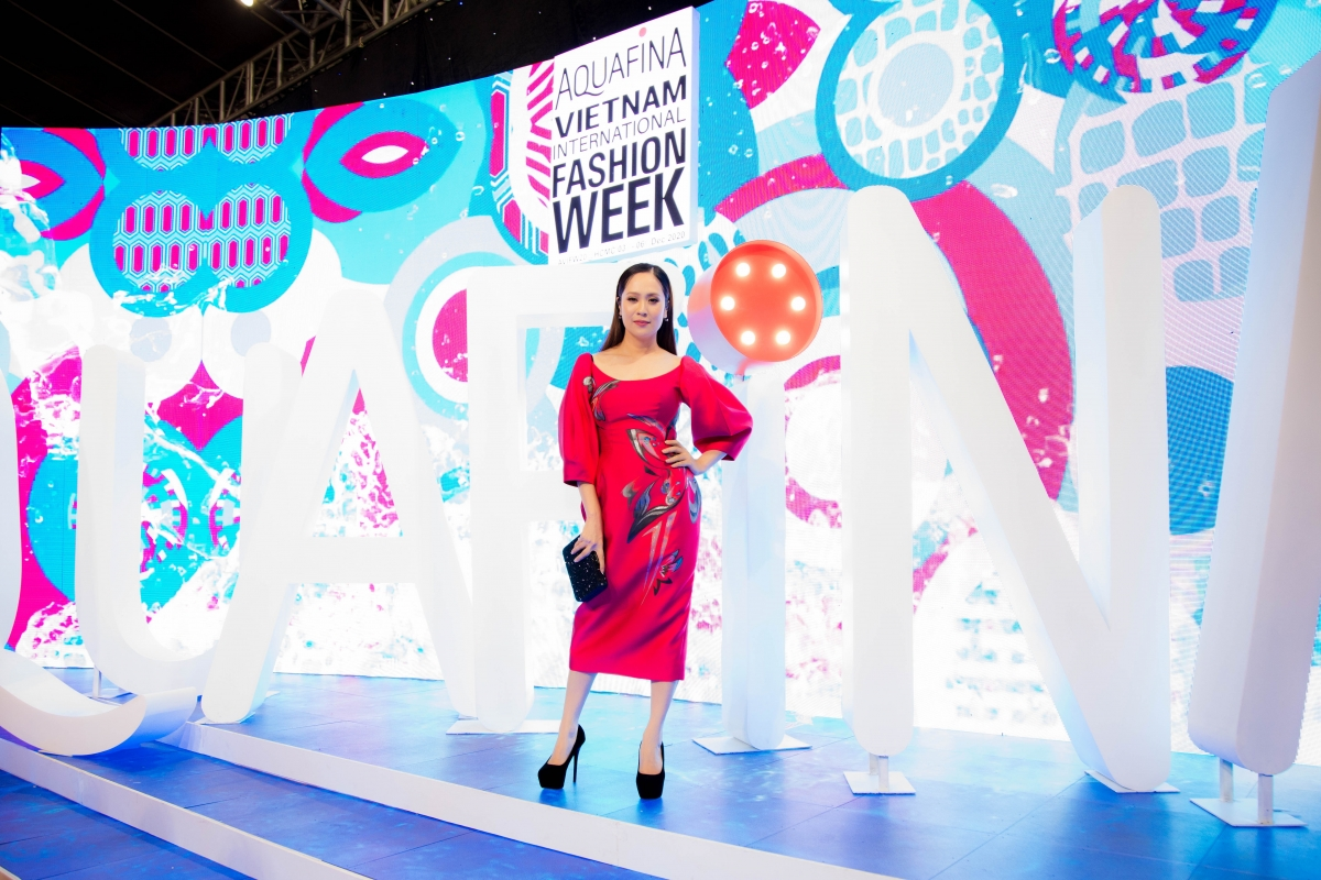 Xuất hiện trong Vietnam International Fashion Week 2020 ngày 4/12, diễn viên Thanh Thúy nổi bật với chiếc váy bút chì màu hồng, khoe vẻ đẹp nền nã nhưng không kém phần sang trọng, quyến rũ.