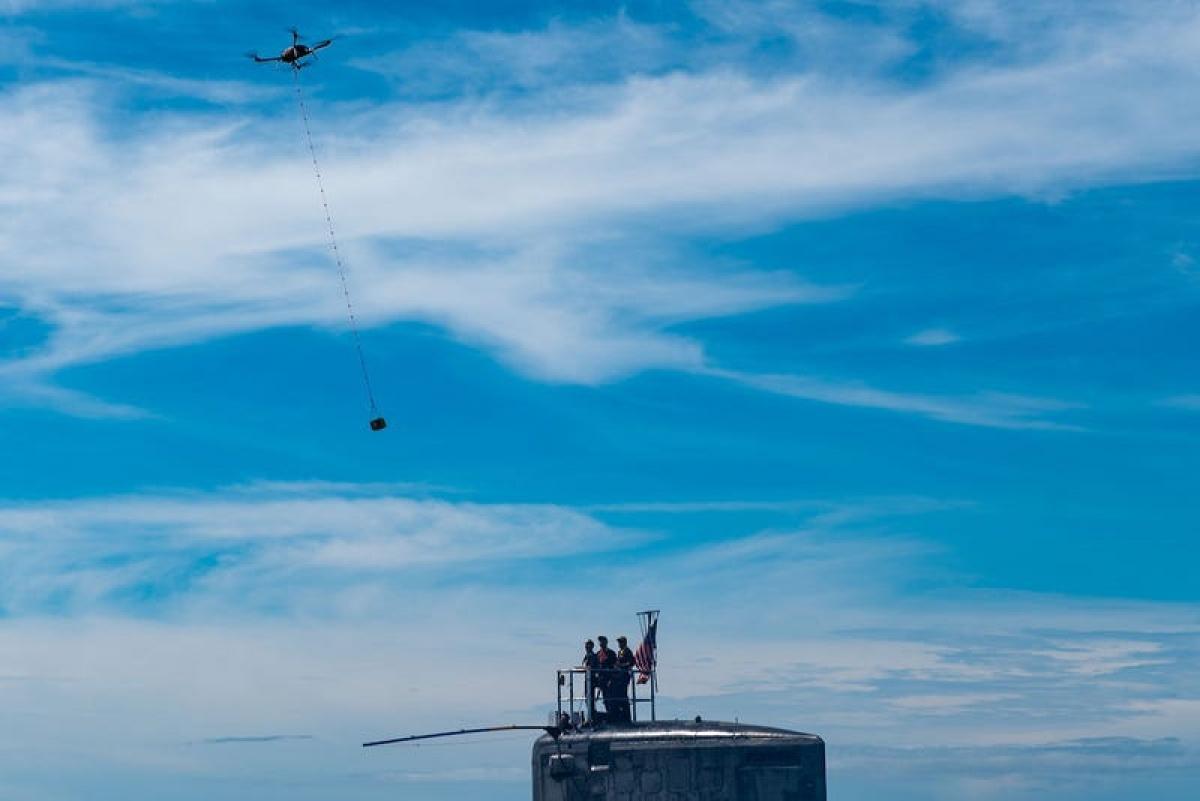 UAV chuẩn bị thả hàng hóa tiếp tế cho tàu ngầm trên biển. Ảnh:Hải quân Mỹ.