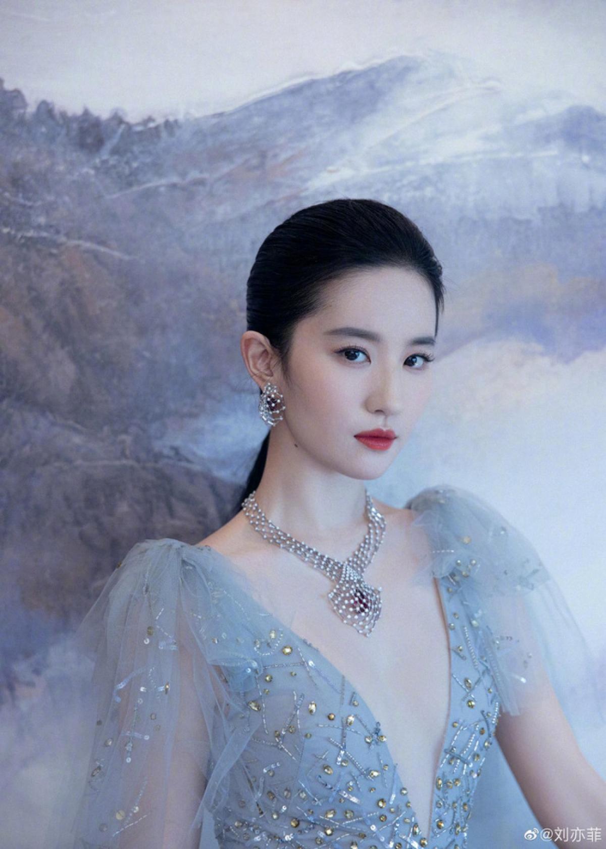 """Nữ diễn viên bom tấn """"Mulan"""" thu hút mọi ánh nhìnvới hình ảnh dịu dàng, thuần khiết nhưng cũng vô cùng quyến rũ."""