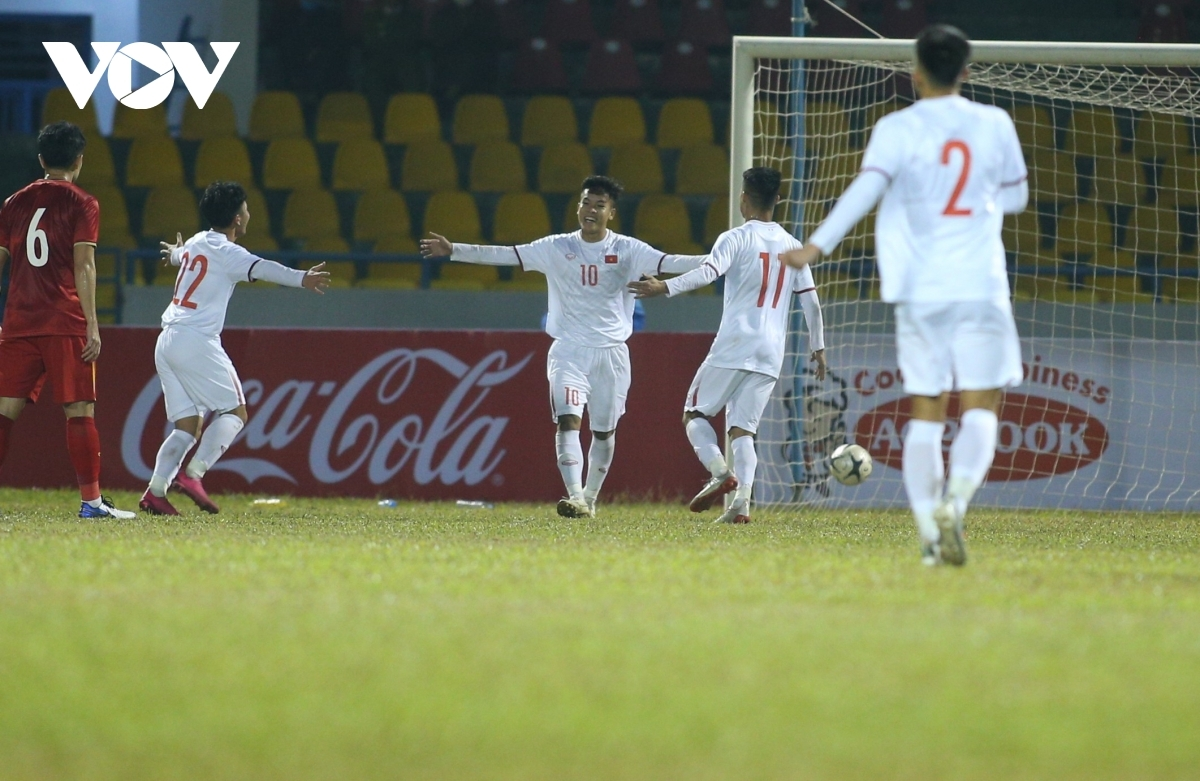 Dù vậy khi hiệp 2 mới chỉ bắt đầu được ít phút, U22 Việt Nam đã tái lập thế dẫn bàn với tình huống sút phạt đền thành công của Hữu Thắng.