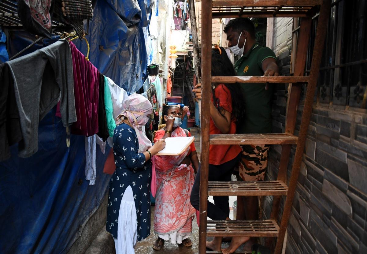 Các tình nguyện viên đi điều tra dịch tễ tại khu ổ chuột Dharavi, thành phố Mumbai hồi đầu tháng 12 (ANI)