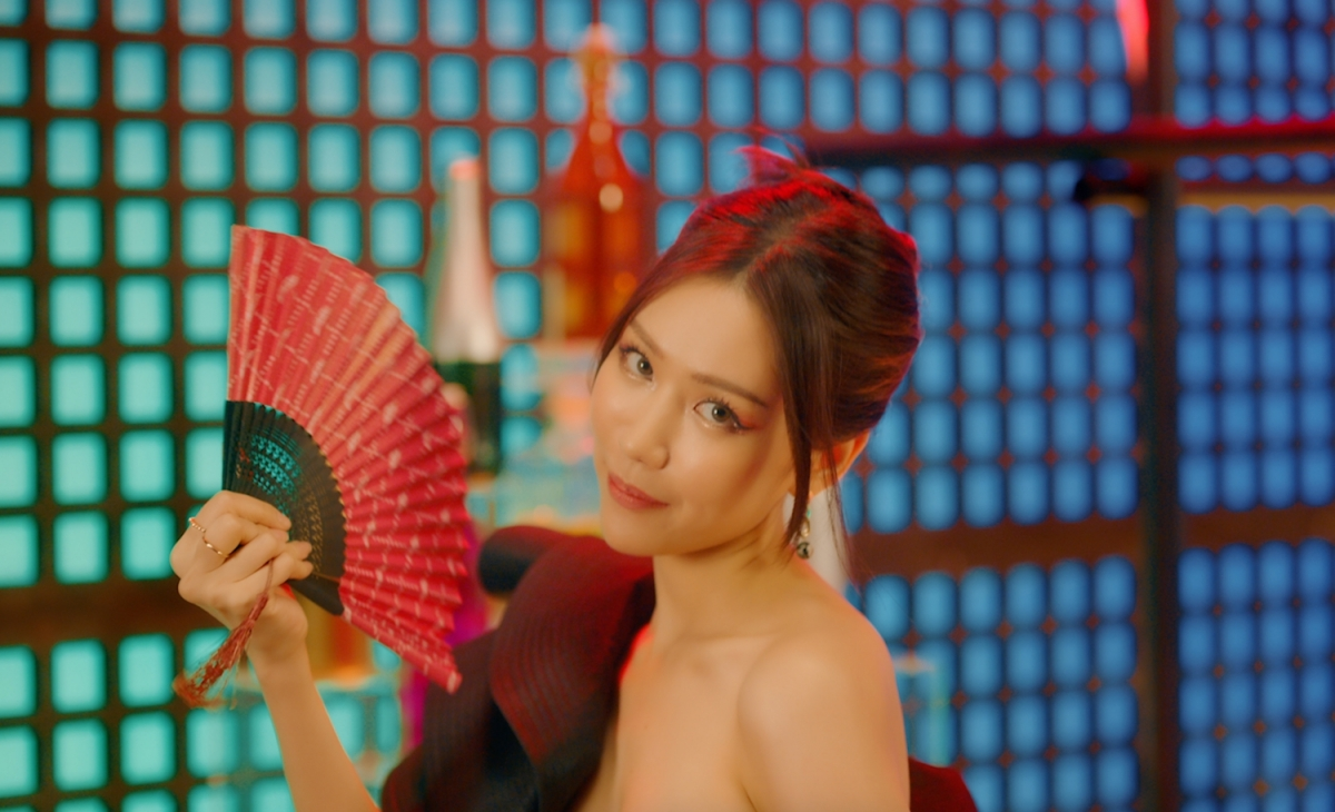 Min gây tò mò với hình ảnh gợi cảm trong MV mới.