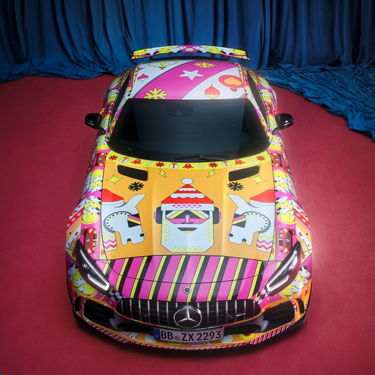 Chiếc AMG GT với ngoại hình được trang trí nhiều màu sắc.