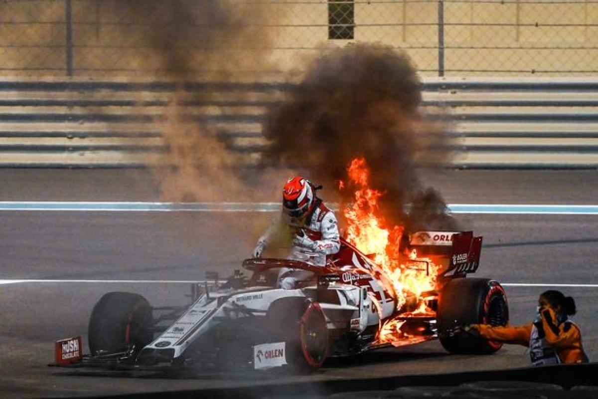 Sau khi nhận được thông báo từ đội ngũ kỹ thuật của đội đuaAlfa Romeo,Kimi Raikkonen bình tĩnh bước ra khỏi đám cháy mà không hề bị thương tích.
