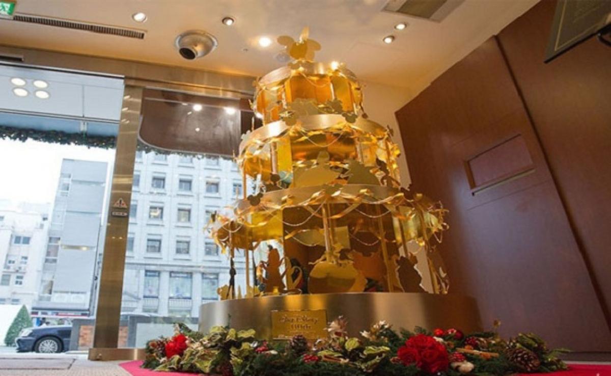 Cây thông Noel bằng vàng này được trưng bày tại cửa hàng trang sức cao cấp Ginza Tanaka thuộc khu mua sắm trung tâm thủ đô Tokyo.