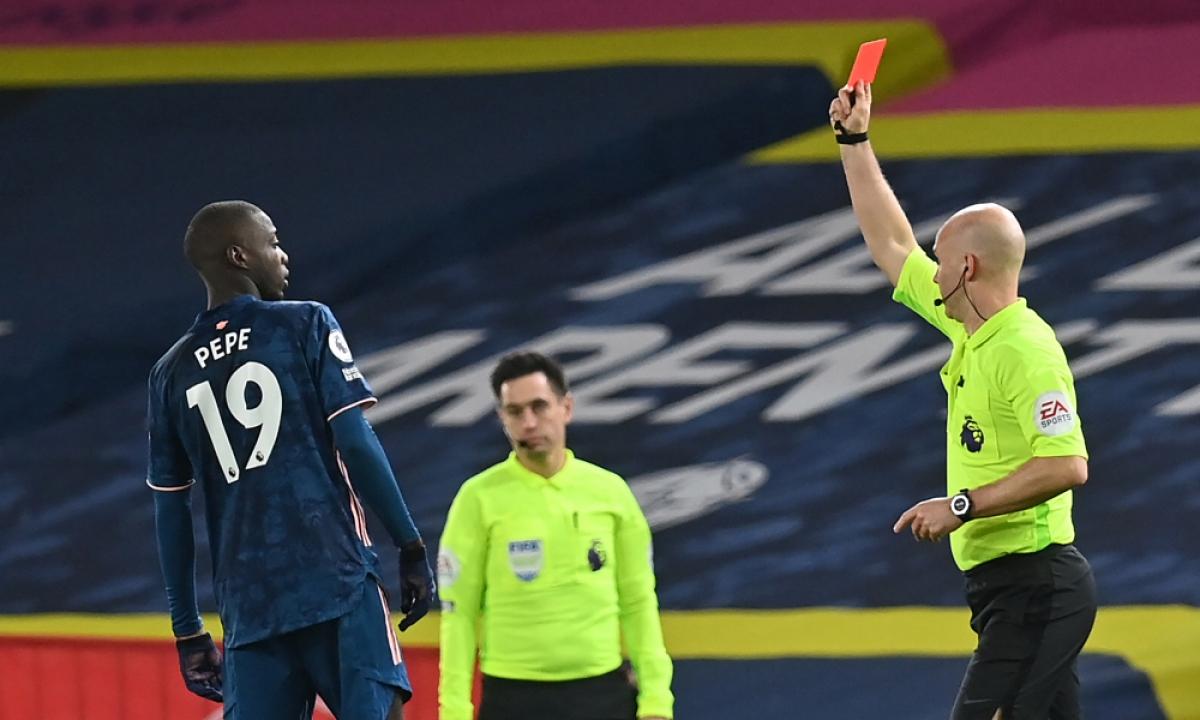 Ở vòng 9 Premier League, Nicolas Pepe là người lĩnh thẻ đỏ trực tiếp trong trận hòa Leeds 0-0.