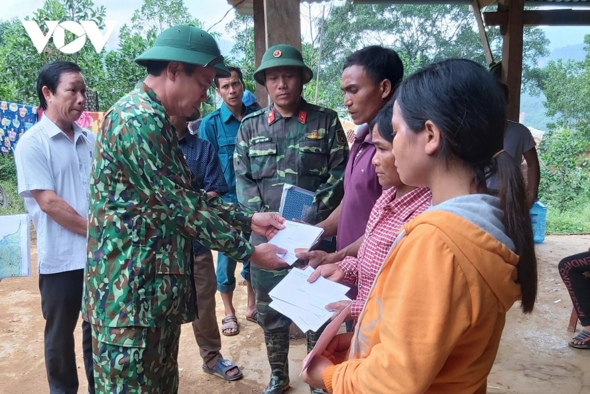 Thiếu tướng Hứa Văn Tưởng, Phó Tư lệnh Quân khu 5 trao quà người dân bị thiệt hại do mưa bão ở huyện Nam Trà My, Quảng Nam