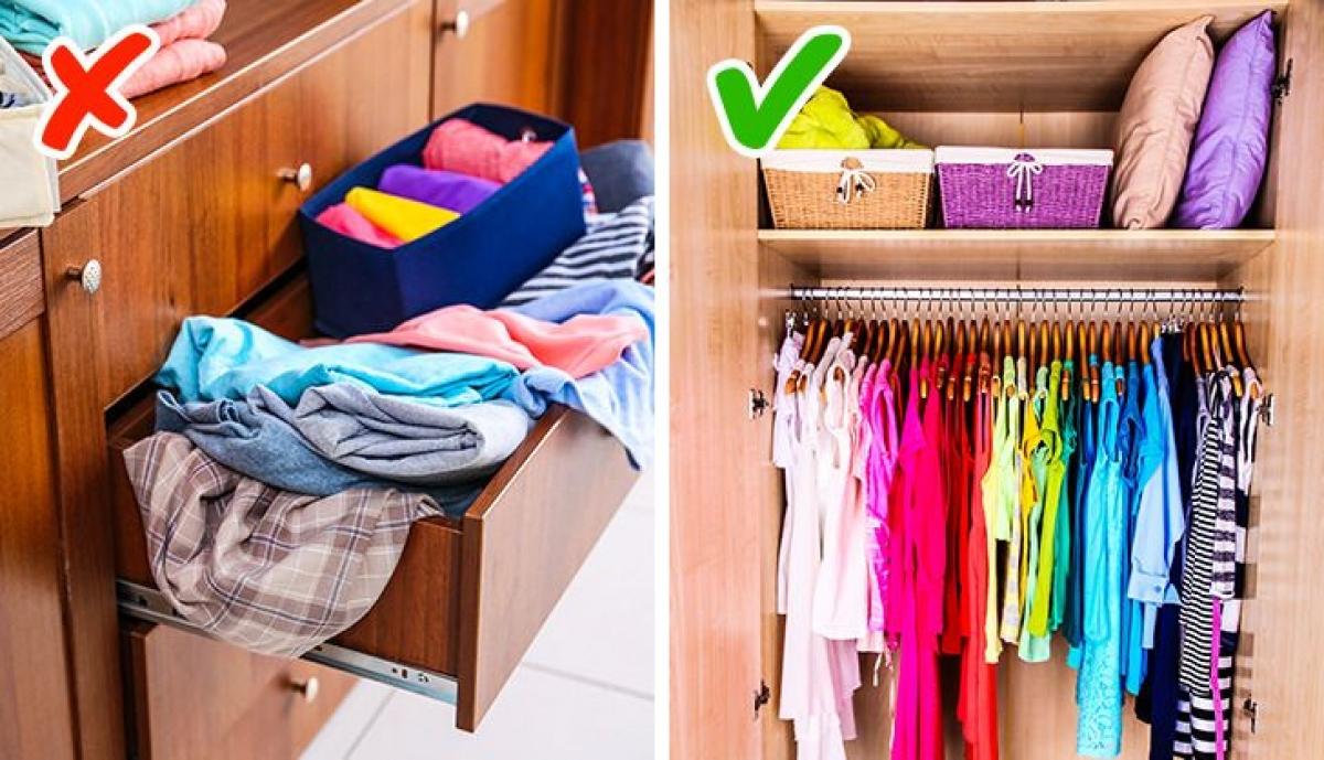 Không nên đóng tủ có các ngăn chứa vì chúng không lưu trữ được nhiều quần áo, thay vào đó hãy mua loại tủ mà bạn có thể treo được nhiều quần áo.