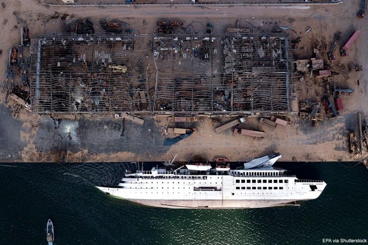 Một con tàu bị lật sau vụ nổ lớn ngày 4/8 tại khu vực cảng ở thủ đô Beirut, Lebanon. Vụ nổ đã khiến ít nhất 171 người thiệt mạng và hơn 6.000 người khác bị thương. Ảnh: Shutterstock